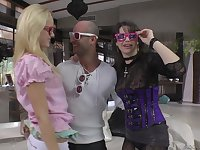 Party girls Vanda Lust and Chintya Doll slobber over a cock