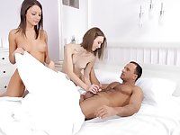Two babes Serpente Edita and Foxy Di take care of a lucky dude