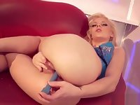 Blonde Gymnast Flaunts Her Flexible Cunt