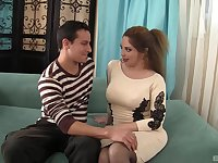 Amateur fucking on the sofa with cougar Kiki Daire in stockings